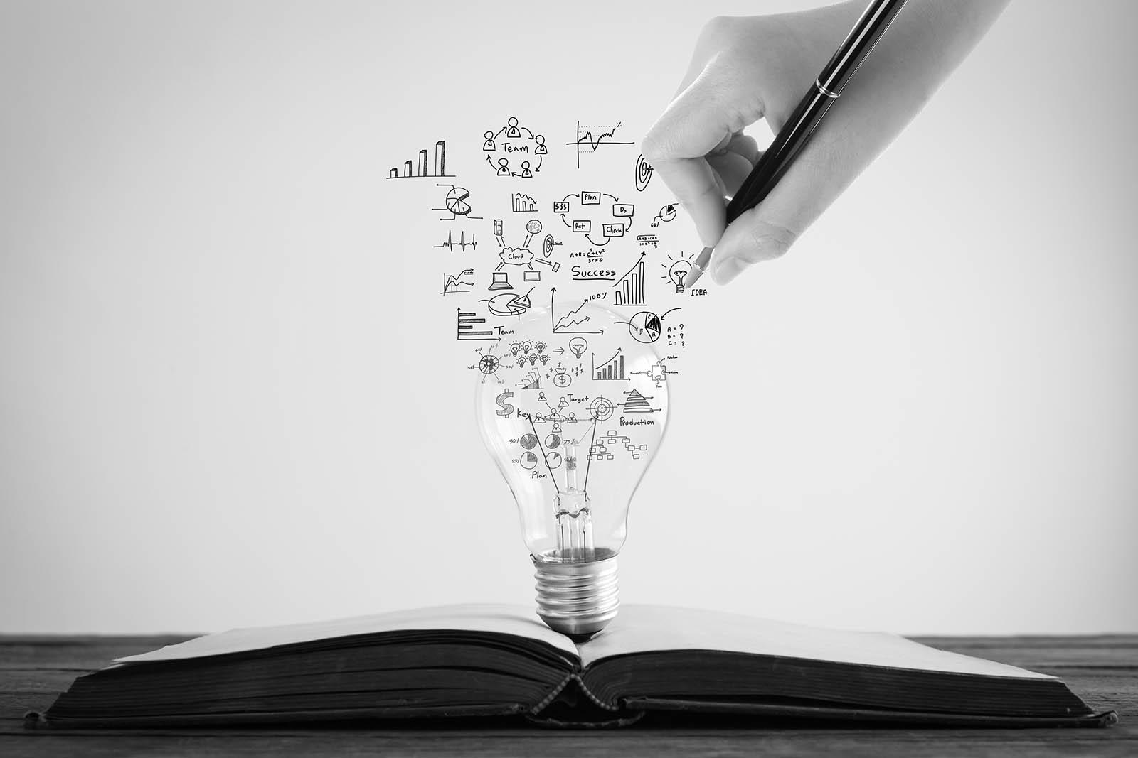 glühbirne mit ideen und formeln