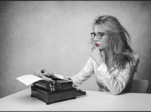 junge frau vor schreibmaschine