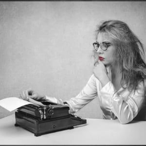 junge frau an schreibmaschine