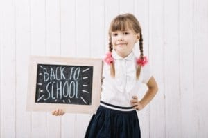 Kleines Mädchen will zurück zur Schule