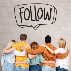 Menschen follower umarmen sich, von hinten