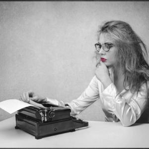 Ghostwriterlehrgang---junge-frau-an-schreibmaschine
