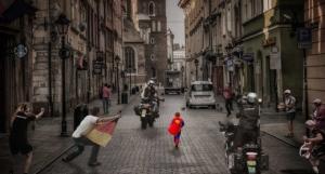 kleiner superman in stadt